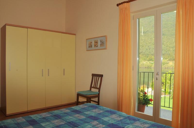 Slaapkamer met een tweepersoonsbed - Residence Vico - Idromeer