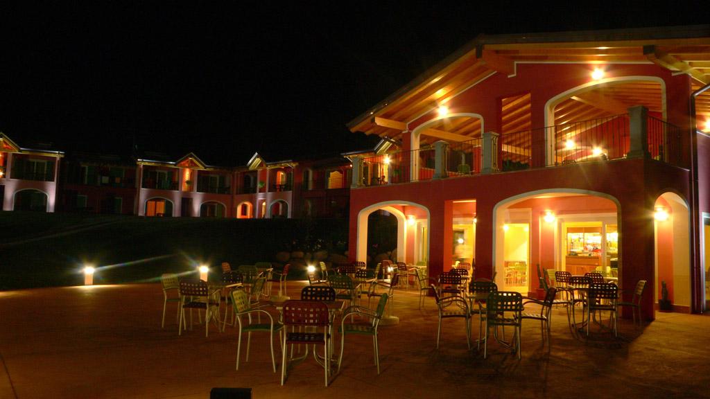 Esterno bar di sera